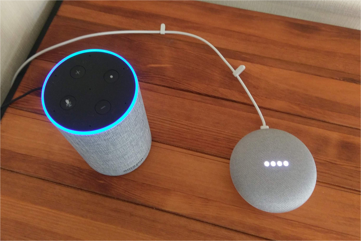 スマートスピーカー 左:Amazon echo 右:Google Home Mini